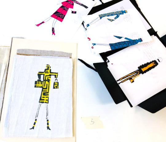 Hier zu sehen die Modezeichnungen und Drucke des Preisträgers des 1. Preises in der Alterskategorie 14 bis 16 Jahre: Leo Patzak Poor. Foto © Robert Günther.